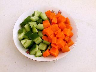 什锦虾仁,把黄瓜和胡萝卜切成小丁