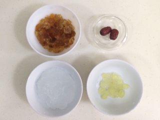 桃胶雪燕皂角米羹,准备好需要的食材。