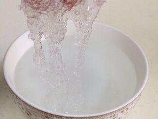 桃胶雪燕皂角米羹,把雪燕杂质挑出来,用清水冲洗干净。