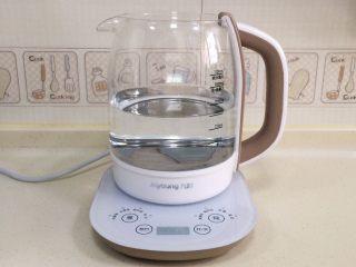 桃胶雪燕皂角米羹,在养生壶内加入1000—1200毫升的水。