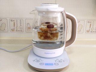 桃胶雪燕皂角米羹,把炖盅放入养生壶内。