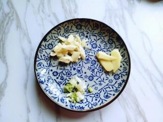 #时令蔬菜#荷塘月色小炒,葱姜蒜去皮切碎。