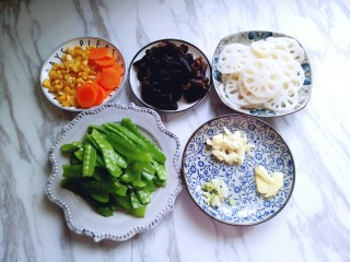 #时令蔬菜#荷塘月色小炒,所有食材准备完成。