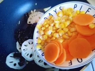 #时令蔬菜#荷塘月色小炒,加入胡萝卜片和玉米粒。