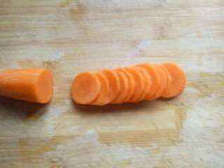 #时令蔬菜#荷塘月色小炒,胡萝卜去皮,洗干净切片。