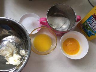 日式半熟芝士,所有材料准备好,蛋清在冰箱冷藏,黄油提前融化和牛奶混合备用
