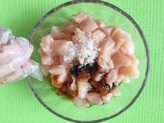 豆瓣鸡 中餐厅版,在小块鸡胸肉里倒入料酒,白糖,酱油盐