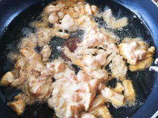 豆瓣鸡 中餐厅版,将调好的鸡胸肉快速放入锅中,用筷子快速搅拌,搅散不让它太连在一起