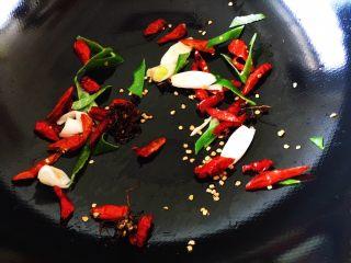 豆瓣鸡 中餐厅版,换个锅,加少许油,花椒,红辣椒,大葱进去爆香