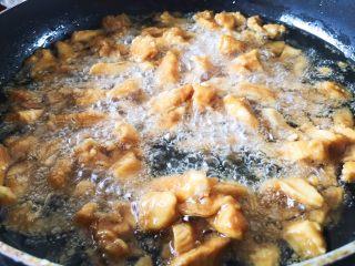 豆瓣鸡 中餐厅版,不停搅拌打散,直至金黄