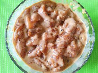 豆瓣鸡 中餐厅版,然后将腌制好的鸡胸肉混在一起抓均匀,尽量每块肉上都裹满