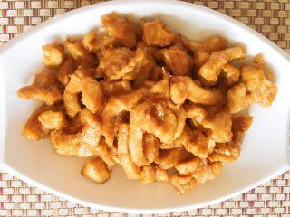 豆瓣鸡 中餐厅版,然后沥干油,捞出鸡胸肉装盘备用