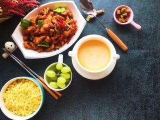 豆瓣鸡 中餐厅版,一个人也要吃好,黄金炒饭,胡萝卜牛奶汤,一份水果,一份酱菜,配上豆瓣鸡,完美。