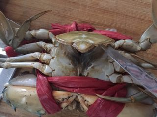 咖喱蟹意面,然后用小刀在蟹的底部撬开,用小刀捅死