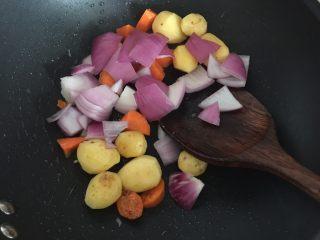 咖喱蟹意面,放入切块的洋葱翻炒