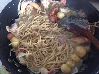 咖喱蟹意面,翻拌均匀,然后小火翻至稍微汤汁浓稠即可