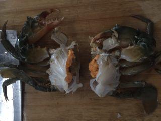 咖喱蟹意面,用刀斩成两半
