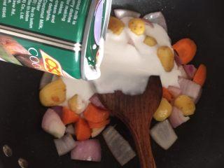 咖喱蟹意面,然后倒入椰浆