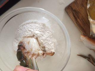 咖喱蟹意面,将蟹切面一面沾上面粉