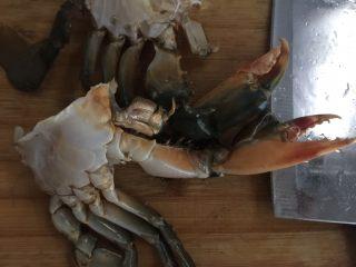 咖喱蟹意面,蟹钳用刀拍碎