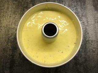 红枣酸奶戚风,轻轻震动模具,震去气泡。打发蛋清时烤箱先预热,160度烤40分钟。