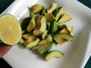 芥末牛油果大虾鸡蛋沙拉,切成块状,挤上些柠檬汁拌匀防氧化。