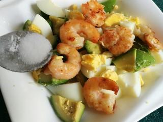芥末牛油果大虾鸡蛋沙拉,加入一点点盐。