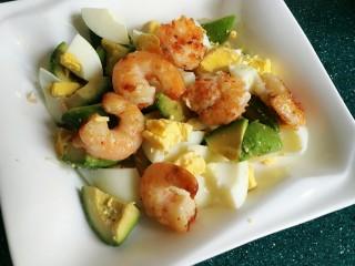 芥末牛油果大虾鸡蛋沙拉,把鸡蛋和虾放入牛油果里。