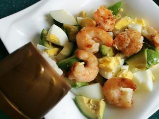 芥末牛油果大虾鸡蛋沙拉,加入少许胡椒粉。