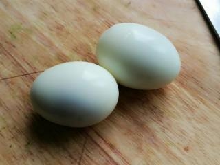 芥末牛油果大虾鸡蛋沙拉,剥去鸡蛋皮。