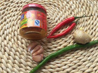 酸汤肥牛,配料:海南灯笼椒酱,红辣椒,青辣椒,生姜,蒜头