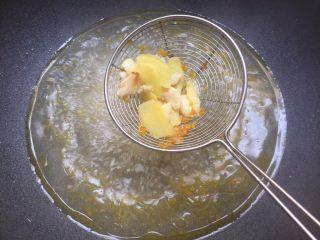 酸汤肥牛,水烧开继续烧俩分钟,用漏勺捞起里面的姜片和蒜头,可以直接丢掉