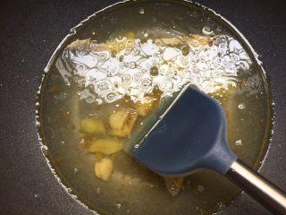 酸汤肥牛,放入一大碗水煮开