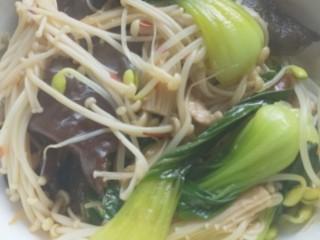 砂锅水煮肉片,把煮熟的菜捞出放入碗中