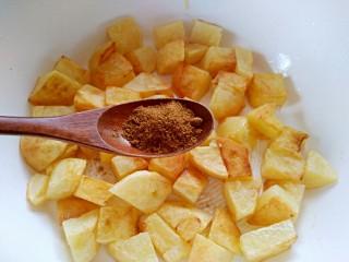 孜然土豆,加入孜然粉