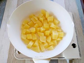 孜然土豆,另起一锅,锅热下油,中小火,将土豆块放入油锅煎,土豆块入锅中不要马上反动。