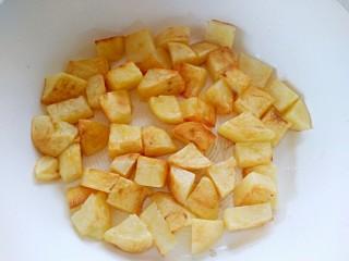 孜然土豆,等到一面煎至金黄再翻面,两面都煎至金黄,并且变软!