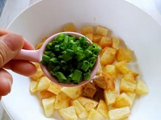 孜然土豆,加入葱花