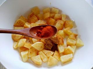 孜然土豆,加入辣椒粉