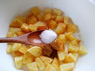 孜然土豆,加入盐