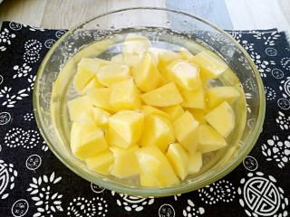 孜然土豆,切好的土豆块放入凉水中浸泡一分钟。