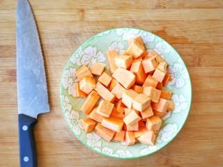 两种造型的红薯芝麻饼干,酥脆香甜有营养~,红薯洗净去皮,切成小块,上锅蒸15分钟至熟透,