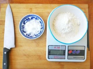 两种造型的红薯芝麻饼干,酥脆香甜有营养~,用电子秤把需要用到的低筋面粉和糖粉称出来,备用,