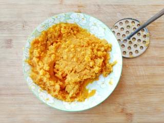 两种造型的红薯芝麻饼干,酥脆香甜有营养~,红薯蒸熟后,用压泥器或者勺子压成泥备用,