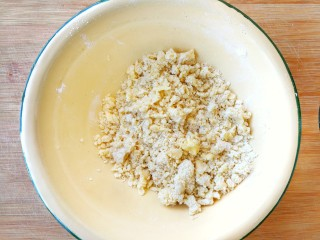 两种造型的红薯芝麻饼干,酥脆香甜有营养~,把低筋面粉和软化好的黄油混合在盆中,用手揉至酥粒状,