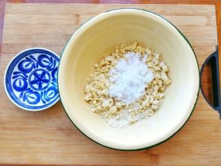 两种造型的红薯芝麻饼干,酥脆香甜有营养~,加入糖粉和盐,继续揉均匀,