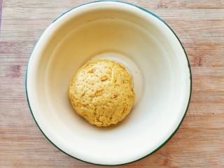 两种造型的红薯芝麻饼干,酥脆香甜有营养~,揉至光滑的面团,看不见干粉为止,