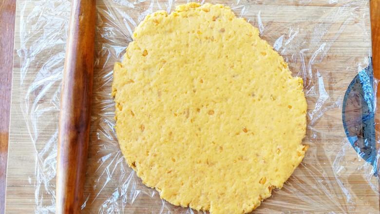 两种造型的红薯芝麻饼干,酥脆香甜有营养~,用擀面杖擀成薄片,
