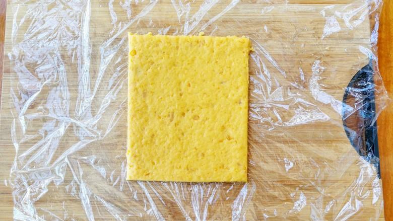 两种造型的红薯芝麻饼干,酥脆香甜有营养~,切掉四周不整齐的边角,呈现出这样的方形,切下的边角料放碗里备用,