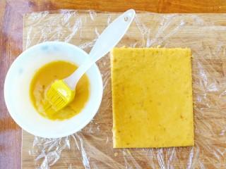 两种造型的红薯芝麻饼干,酥脆香甜有营养~,用刷子在面饼上均匀地刷一层蛋液,